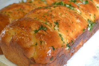 Ароматная булочка под чесночным соусом