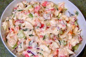 Рецепт легкого овощного салатика с крабовыми палочками 1